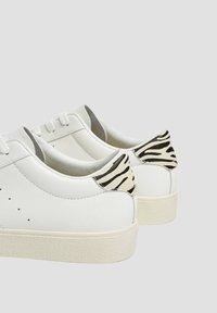 PULL&BEAR - MIT ANIMALPRINT - Sneakers laag - white - 5