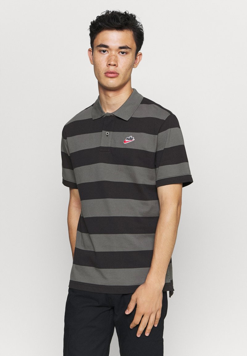 Nike Sportswear - STRIPE - Polo shirt - black/iron grey