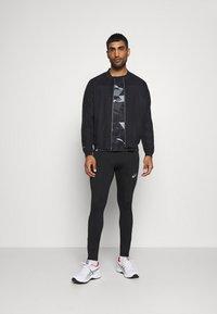 ASICS - FUTURE CAMO - Camiseta estampada - performance black - 1
