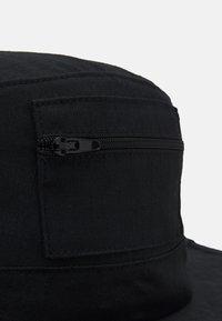 Karl Kani - SIGNATURE FISHER HAT - Hatt - black - 3