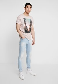 Burton Menswear London - CITY PLACEMENT GRAPHIC ECHO LIGHT  - T-Shirt print - pink - 1