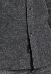 Only & Sons - ONSBRAD HERRINGBONE - Skjorter - medium grey melange - 5