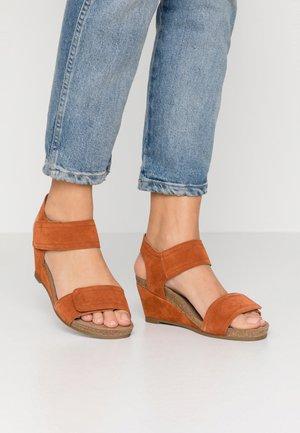 Sandály na klínu - light cognac