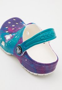 Crocs - CLASSIC OUT OF THIS WORLD  - Sandały kąpielowe - white/purple - 5