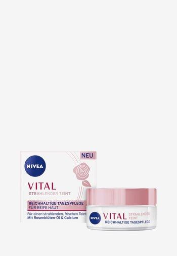 VITAL RADIANT TEINT MOISTURISING CARE - Face cream - -