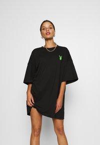 Missguided Petite - PLAYBOY BUNNY REPEAT DRESS - Vestido ligero - black - 0