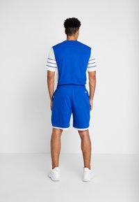 Mitchell & Ness - DUKE BLUE DEVILS SHORT - Sports shorts - royal - 2