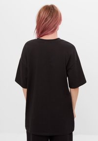 Bershka - MIT STRASS BILLIE EILISH X - Print T-shirt - black - 2
