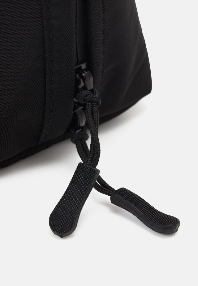ESSENTIAL POUCH - Toilettas - black/cool grey