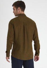 Tailored Originals - Camisa - dark olive - 2