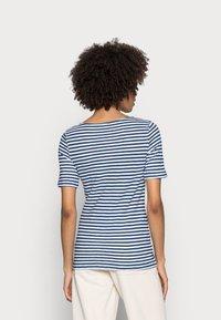 Marc O'Polo - SHORT SLEEVE BOAT NECK - T-shirt imprimé - multi/lake blue - 2