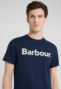Barbour - Triko spotiskem - new navy - 4