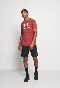 Under Armour - T-shirt med print - cinna red - 1