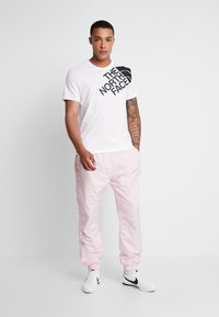 The North Face - SHOULDER LOGO TEE - Print T-shirt - tnf white - 1