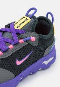 Nike Sportswear - RT LIVE UNISEX - Trainers - dark smoke grey/sunset pulse/smoke grey/sapphire - 5