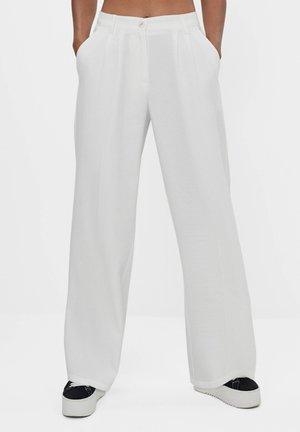 MIT WEITEM BEIN - Stoffhose - white