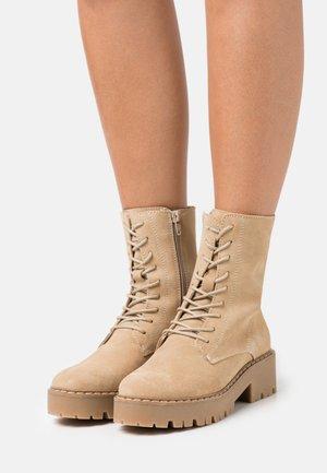 GINTO - Kotníkové boty na platformě - beige