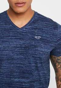 Hollister Co. - VEE - Print T-shirt - navy - 5