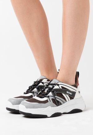 Sneakers laag - hellgrau/weiß