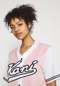 Karl Kani - VARSITY BLOCK BASEBALL - Print T-shirt - rose - 4