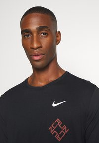 Nike Performance - MILER - T-shirt imprimé - black/claystone red/silver - 3