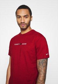 Tommy Jeans - STRAIGHT LOGO TEE - T-shirt z nadrukiem - wine red - 3