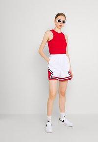 Jordan - ESSEN DIAMOND  - Shorts - white/university red - 1