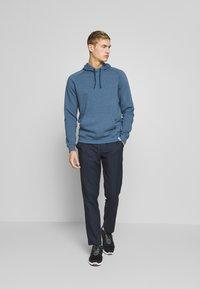 Puma Golf - PONTO HOODIE - Jersey con capucha - dark denim heather - 1