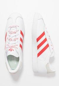 adidas Originals - GAZELLE - Trainers - footwear white/lush red/crystal white - 3