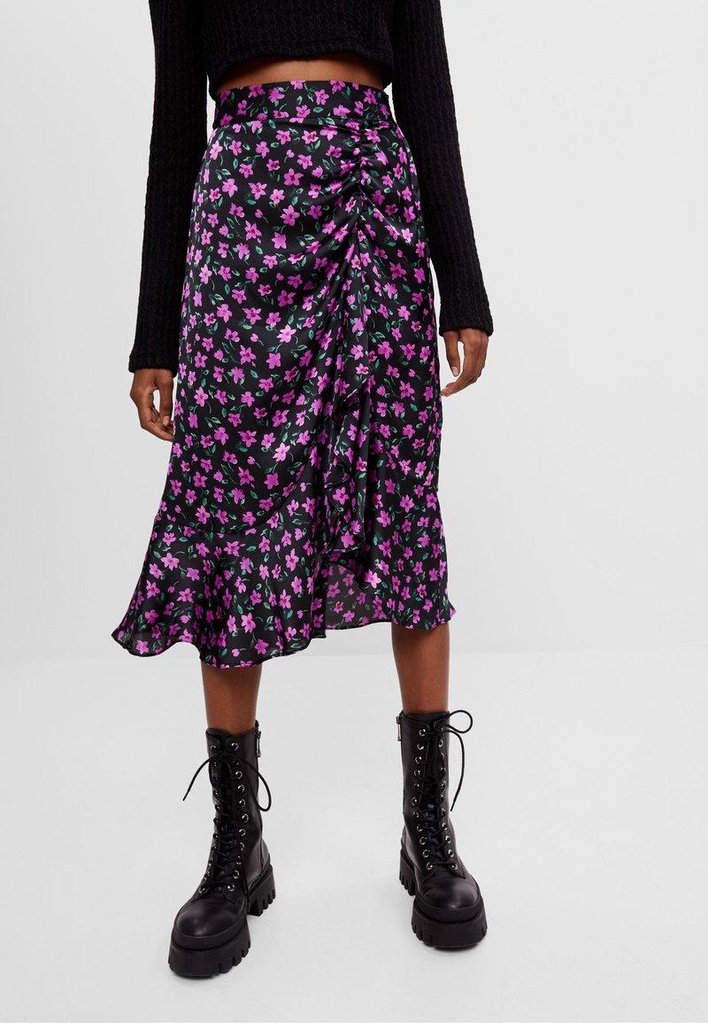Bershka - MIT BLUMENPRINT - A-line skirt - black