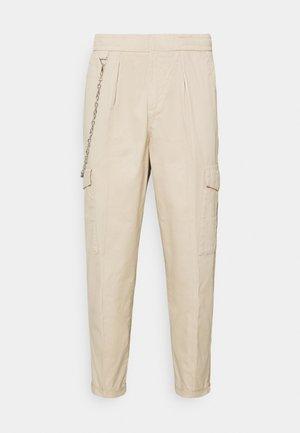 HARVEY PANTS - Cargo trousers - sandshell