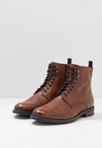 Vagabond - SALVATORE - Šněrovací kotníkové boty - cognac - 2