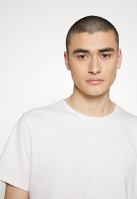 Jack & Jones PREMIUM - JJEASHER TEE O-NECK NOOS - Basic T-shirt - cloud dancer - 3