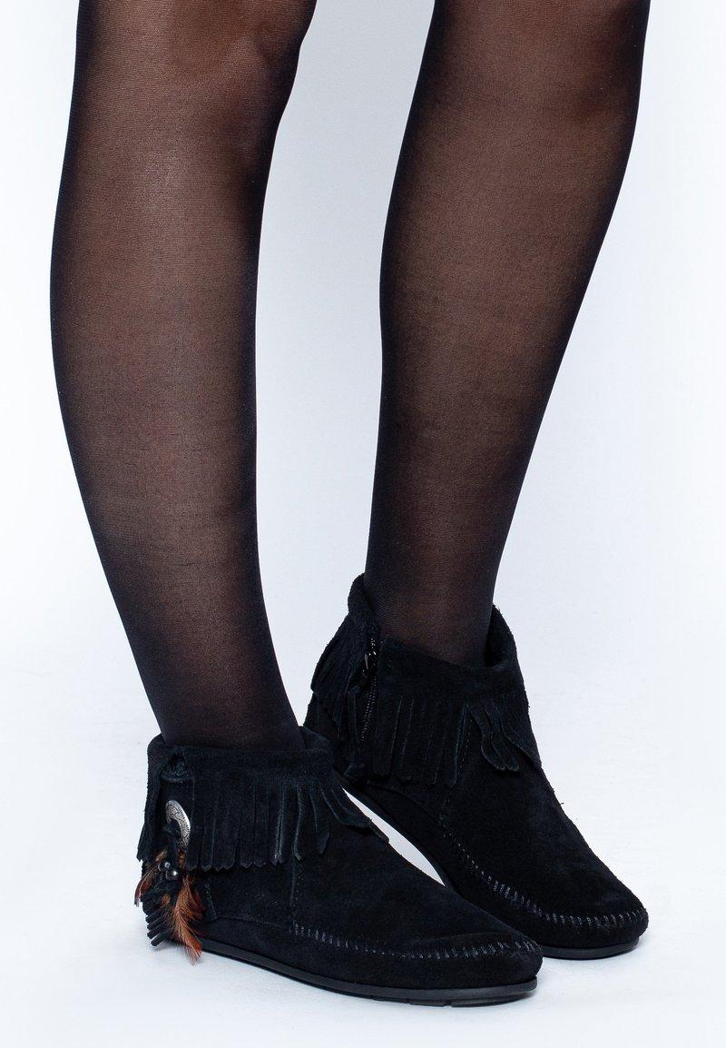Minnetonka - CONCHO FEATHER - Korte laarzen - black