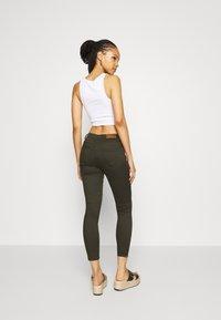 Vero Moda - VMTANYA PIPING ZIP - Jeans Skinny Fit - peat - 2