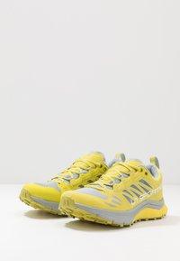La Sportiva - JACKAL WOMAN - Trail running shoes - celery/kiwi - 2