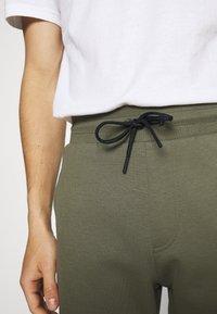 Tommy Hilfiger - MODERN ESSENTIALS PANTS - Pantaloni sportivi - utility olive - 5