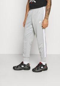 Nike Sportswear - REPEAT - Träningsbyxor - light smoke grey/white - 0