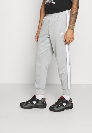 REPEAT - Pantaloni sportivi - light smoke grey/white