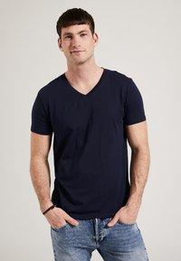 Phyne - THE V-NECK - T-shirt basique - navy - 0