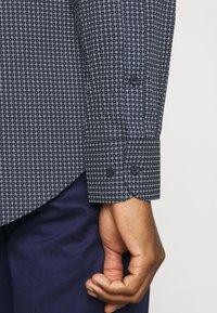 Tommy Hilfiger Tailored - GEO DOT - Formal shirt - navy/light blue - 4