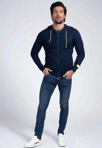 Guess - veste en sweat zippée - blau - 1
