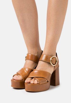 LYNA  - Sandály na platformě - light pastelbrown