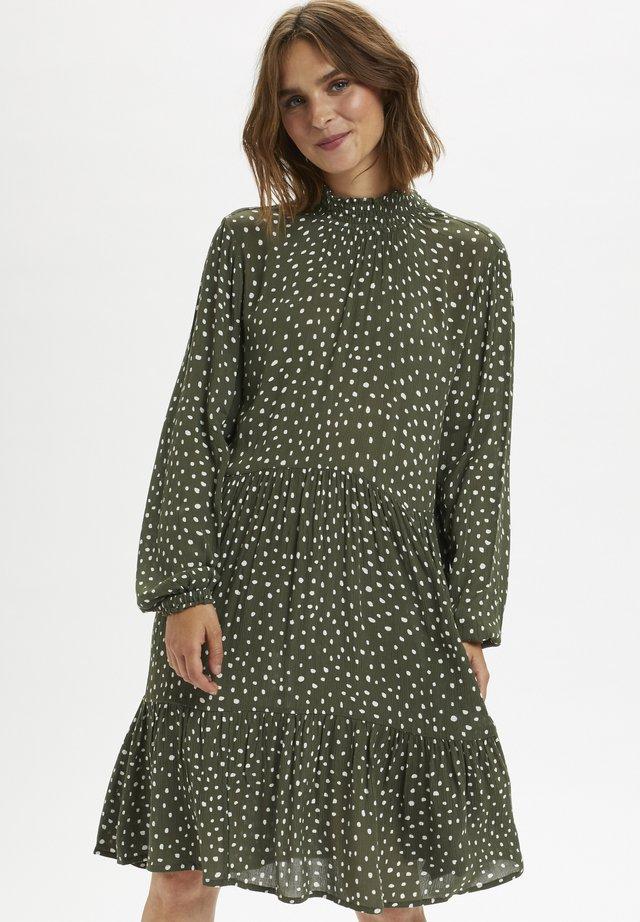 KABILLIE AMBER DRESS - Vapaa-ajan mekko - grape leaf/ chalk dot