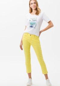 BRAX - STYLE MARY  - Pantalon classique - yellow - 1
