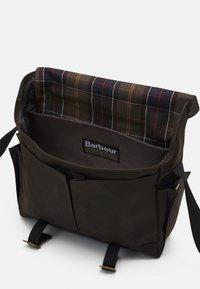 Barbour - ESSENTIAL MESSENGER BAG UNISEX - Taška na laptop - olive - 2
