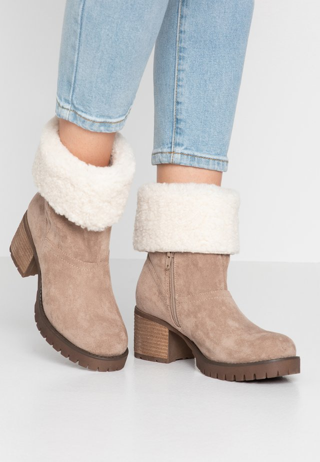 SWING - Classic ankle boots - sand
