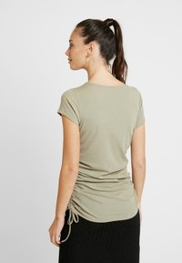 Cotton On - SIDE TIE SHORT SLEEVE - Camiseta estampada - silver sage - 2