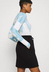 Nike Sportswear - CLASH SKIRT - Falda de tubo - black/smoke grey - 4