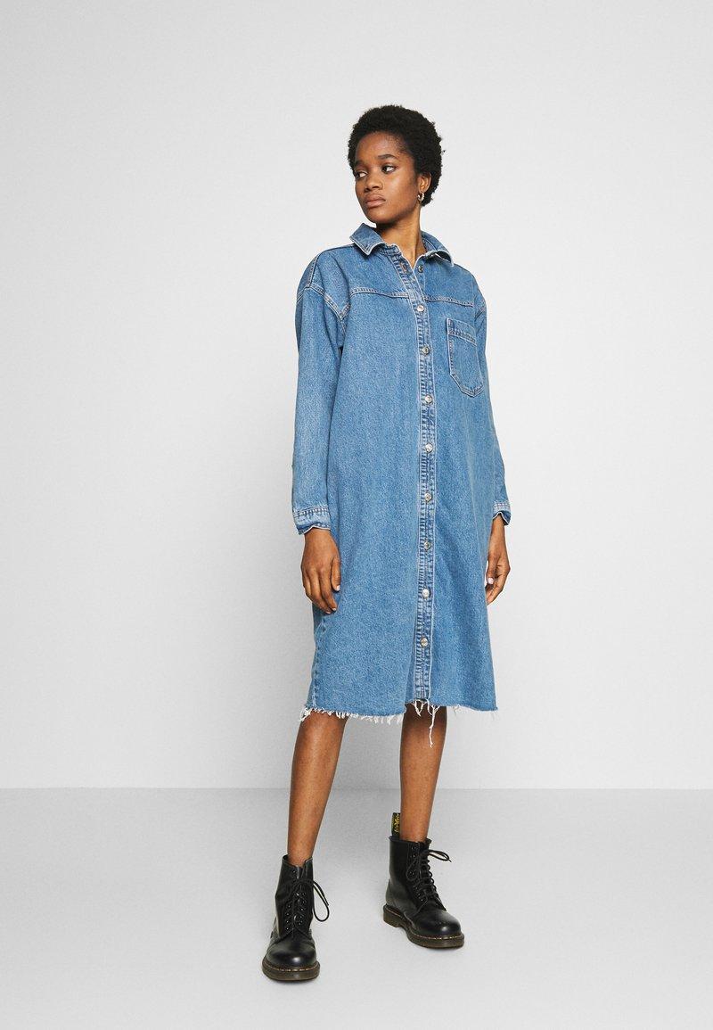 Topshop - LONG LINE SHACKET - Denimové šaty - blue denim